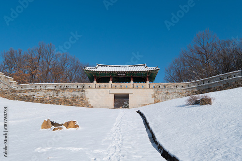Fotografía  Korean Gomo Mountain Fortress Wall Palace covered with Snow in Winter