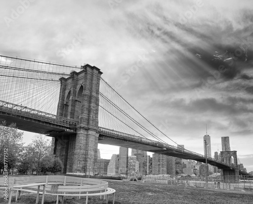 Brooklyn Bridge and Downtown Manhattan at sunset, New York City © jovannig