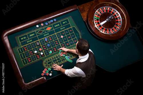 Fotografia Top view of the casino croupier and the green roulette table. Ga