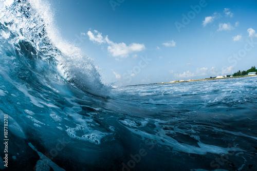 Stickers pour porte Eau Ocean wave breaking on the shore. Surfspot named Jailbreak, Maldives