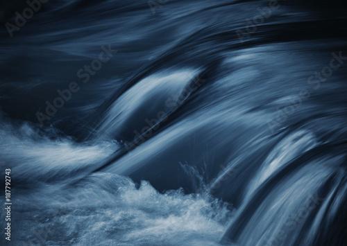 Photo dark blue ripples on the river