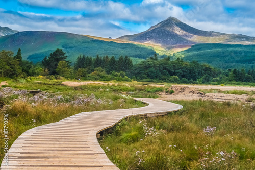 "Fotografija  View of the Goat Fell Mountain, Brodick (Tràigh a' Chaisteil, ""Castle Beach"", Breadhaig) the main town on the Isle of Arran in the Firth of Clyde, Scotland"