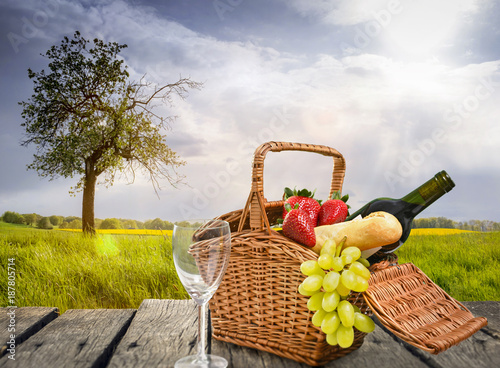Keuken foto achterwand Picknick Picknick auf einer Wiese im Frühling