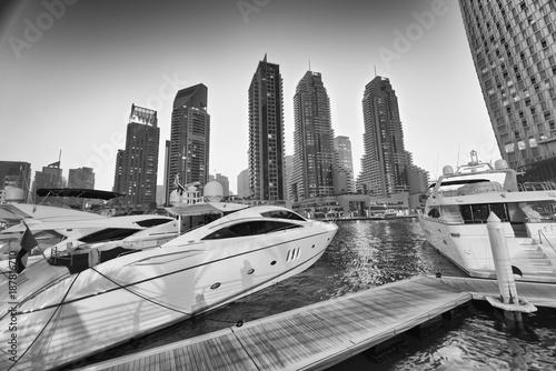 Photo  Beautiful view of Dubai Marina skyline and boats at night