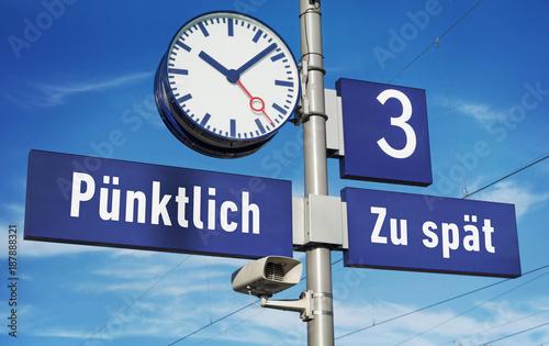 Tuinposter Spoorlijn Bahn Verspätung Konzept Bahnhofsuhr am Bahnsteig Zugverspätung