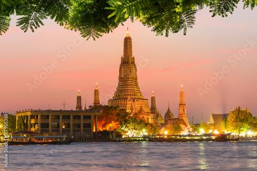 Foto  Wat Arun with foliage