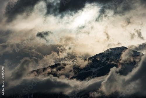 gorski-szczyt-otoczony-chmurami