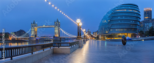 Fotografía LONDON, GREAT BRITAIN - SEPTEMBER 19, 2017 - The panorama of the Tower bridge, promenade with the the modern Town Hall building at dusk