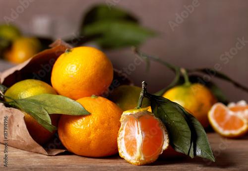 swieze-mandarynki-lezace-na-stole
