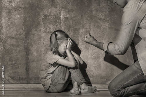 Fotomural  Man threatening his daughter indoors, black and white effect