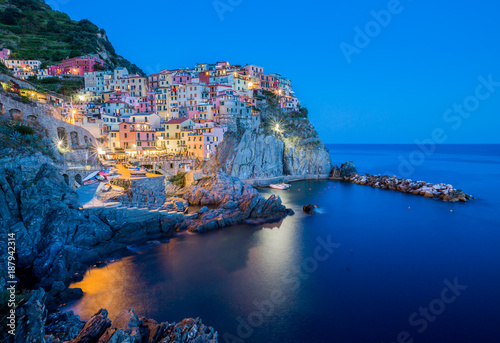 Photo  Manarola, Cinque Terre at dusk with lights twinkling.