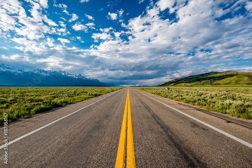 Spoed Fotobehang Centraal-Amerika Landen Empty open highway in Wyoming