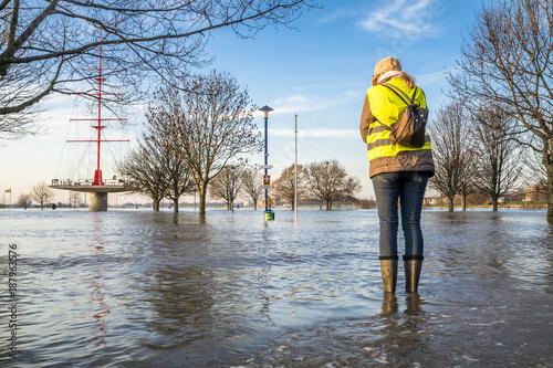 Plakat Pani stojąca na zalanej ulicy