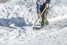 Manual Snow Removal Shove - Shoveling Snow Shovel In Handl