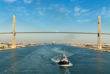 Brodski konvoj koji prolazi Sueskim kanalom, u pozadini - most Sueskog kanala, Sueski kanal, Egipat