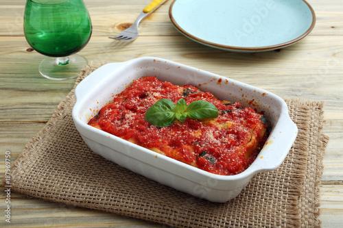 pasta al forno o gratinata su sfondo tavolo di cucina – kaufen Sie ...