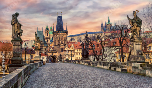 Poster Praag Charles bridge and Prague castle on sunset, Czech Republic