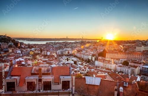 Plakat piękny pejzaż miejski, Lizbona, stolica Portugalii o zachodzie słońca. Popularny cel podróży po Europie, jednym z najpiękniejszych miast na świecie