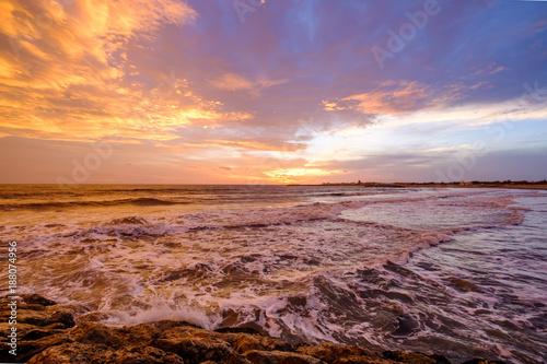 Coucher De Soleil A La Mer Ciel Nuageux Colore Mer Agitee
