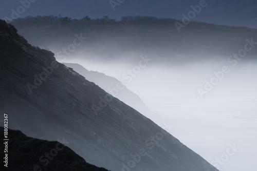 bliska-portret-pieknej-warstwy-krajobrazu-w-polmroku-na-wybrzezu-atlantyckim-w-odcieniach-szarosci-kraju-baskijski-francja