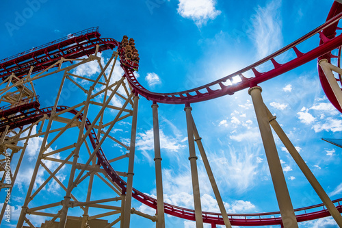 Photo  view from below of rollercoaster with people riding in orlando park in florida