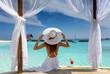 canvas print picture - Frau mit weißem Hut genießt ihren Luxusurlaub auf den Malediven