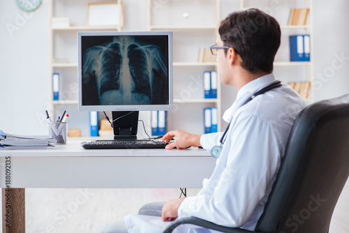 Fototapety, obrazy: Doctor radiologist looking at x-ray images