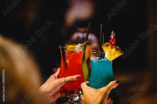Photo  Coctails in dark club on wooden table.