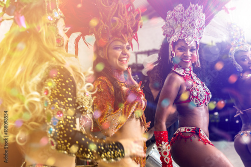 Foto  Brazilian women dancing samba music at carnival party