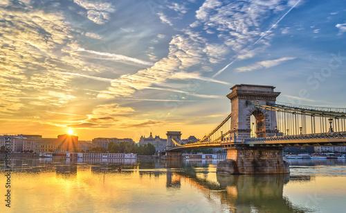 Montage in der Fensternische Budapest Budapest sunrise city skyline at Budapest Chain Bridge and Danube River, Budapest, Hungary
