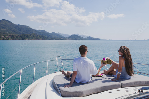 Fotomural couple enjoying honeymoon onboard of luxury boat, luxurious yacht in tropical se
