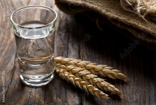Photo German hard liquor Korn Schnapps in shot glass with wheat ears