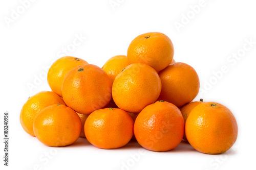 frische Mandarinen gestapelt auf weißem Hintergrund
