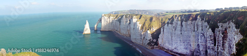 Photo Beautiful aerial panoramic view of white chalk cliffs Aval, the needle rock and