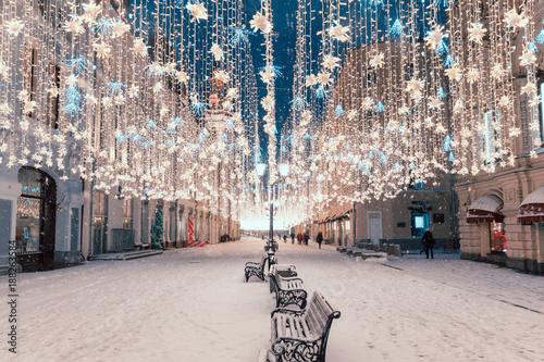 Foto-Leinwand ohne Rahmen - Night view of the street on the New Year holidays (von miklyxa)