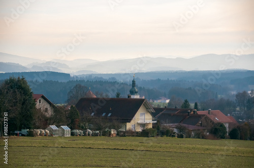 Photo Solar mirrors installed on the roofs of a small village with church and farmhouses in Franconia, Bavaria Germany