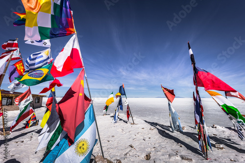 Poster Amérique du Sud Uyuni Salt Flats - July 20, 2017: Flags landmark at the Uyuni Salt Flats, Bolivia