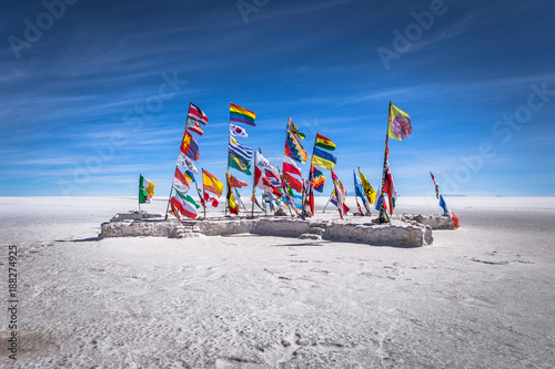 La pose en embrasure Amérique du Sud Uyuni Salt Flats - July 20, 2017: Flags landmark at the Uyuni Salt Flats, Bolivia