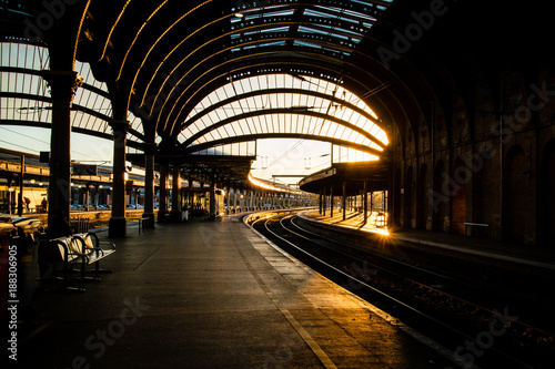 Fotomural The inside of York train station in the evening.