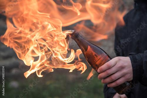 Foto Man attack with molotov cocktail