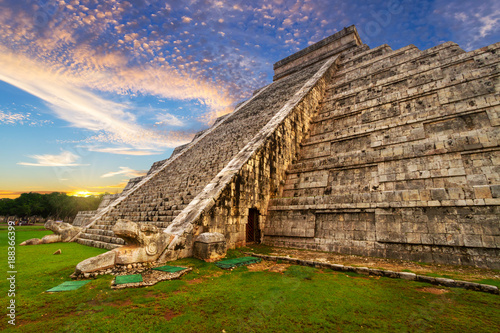 Montage in der Fensternische Bekannte Orte in Amerika Kukulkan pyramid in Chichen Itza at sunset, Mexico