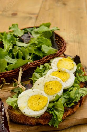 Uovo sodo su insalata