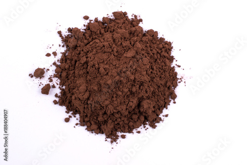 Fotografía  A pile of a brown cocoa  chocolate powder isolated on white background