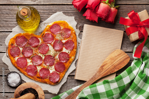 Keuken foto achterwand Picknick Heart shaped pizza