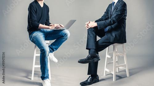 スーツと私服の男性 サラリーマンとフリーランサー Canvas Print