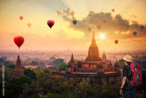 Photo Hot air balloon over plain of Bagan in misty morning, Mandalay, Myanmar