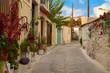 Idyllische kleine Strasse in einem alten mediterranen Dorf, viele bunte Pflanzen