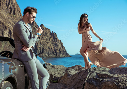 Foto auf AluDibond Artist KB Young couple relaxing by the sea