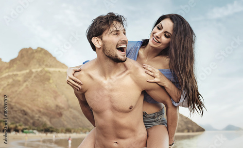 Poster Artist KB Happy lovers walking on the tropical beach