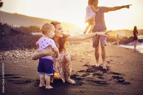 Printed kitchen splashbacks Artist KB Happy family on a tropical beach